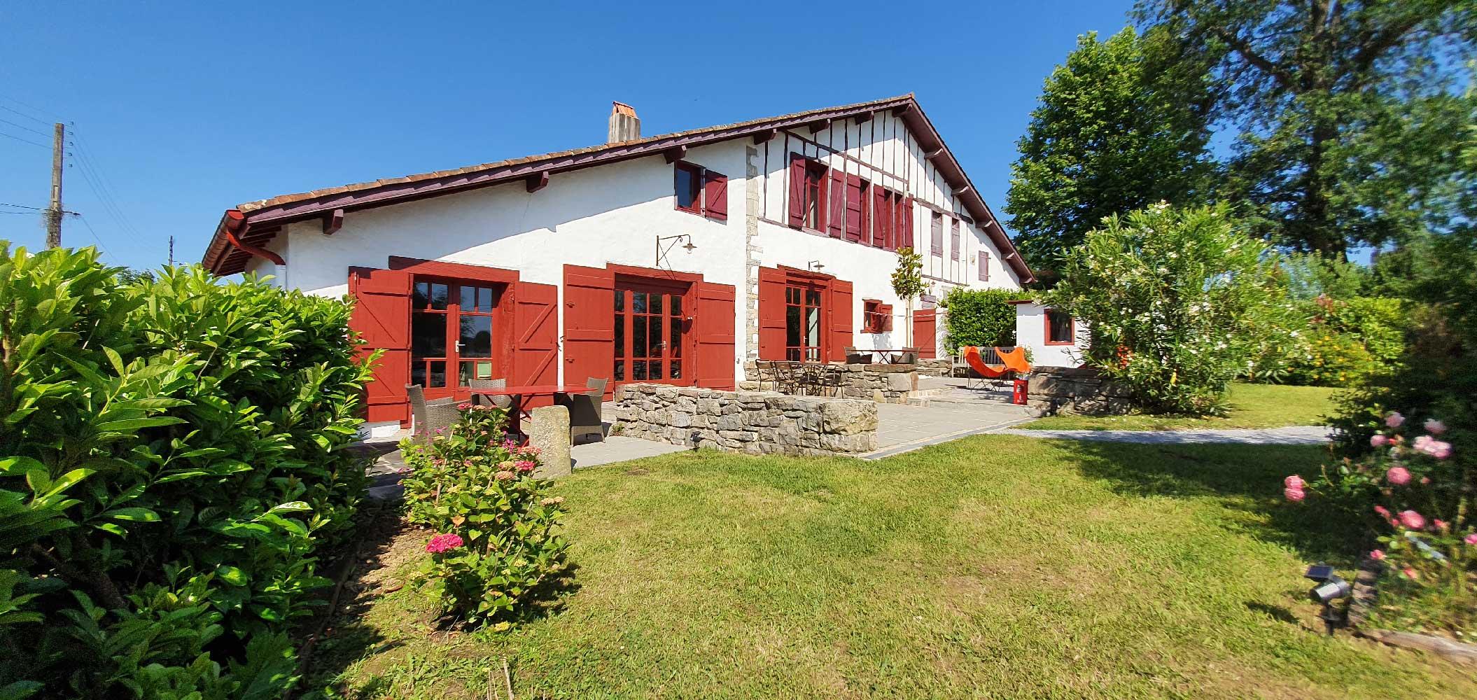 façade-pricipale-de-la-ferme-d-ika-chambres-d-hotes-sainjeandeluz